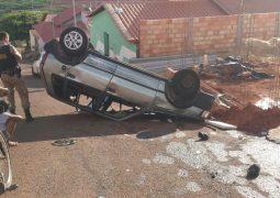 Veículo provoca dois acidentes e acaba capotando no bairro Serra Negra em São Gotardo