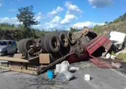 Bitrem carregado com toneladas de feijão tomba na BR-365 e carga fica espalhada na rodovia