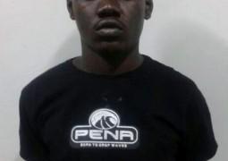 Polícia suspeita de homem e prende arma carregada