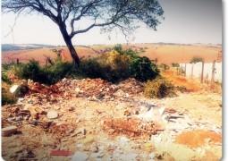 Terreno abandonado próximo a escola José Caetano vira MINI LIXÃO em São Gotardo
