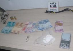 Investigado por outros crimes, jovem acaba preso por porte de armas e tráfico em Patos de Minas