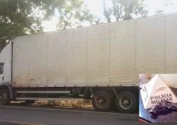 Caminhão tenta furar blitz, é parado e Polícia encontra mais de 2 milhões em celulares roubados