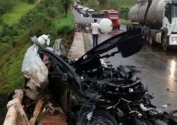 Grave acidente acontece na BR 365 e deixa motorista de carro morto