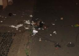 Que feio: Lixo deixado em portas de comércios na rua Bento Ferreira são espalhados durante a noite