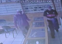 Ladrões assaltam relojoaria em Patos de Minas e são flagrados por câmera de segurança