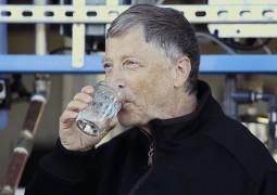 Bill Gates experimenta água obtida a partir de fezes humanas. E gosta