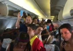 """Avião """"estraga"""" ar condionado e passageiros abrem porta de emergência"""