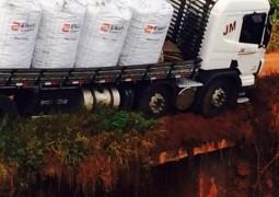 Ponte não resiste peso de caminhão que por pouco não cai em Usina próxima a Capelinha