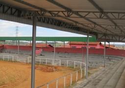 Sindicato Rural investe e cobre definitivamente as arquibancadas da arena para FENACEN 2015