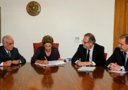 Presidenta Dilma sanciona Lei dos Caminhoneiros sem vetos e espera agora a normalização das rodoviais