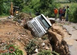 Caminhão cai dentro de buraco gigante em Carmo do Paranaíba