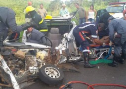 Grave acidente envolvendo três veículos deixam duas pessoas presas nas ferragens na BR-354