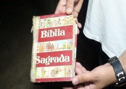 Em Patos de Minas, casa pega fogo, sala fica toda destruída, mais Bíblia fica intacta em meio as chamas
