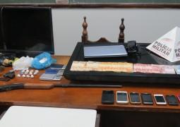 Polícia Militar de São Gotardo apreende drogas, armas, materiais furtados e traficantes no bairro Lírios do Campo