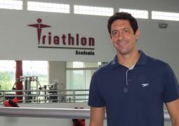 Medalhista Gustavo Borges visita Academia Triathlon e agita criançada