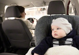 Deixar o  bebê dormir na cadeirinha do carro pode ser fatal
