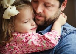 Mais amorosos e protetores: o que acontece no organismo dos homens depois de se tornarem pais