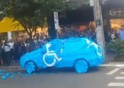 Motorista para em vaga para pessoas com deficiência e tem uma surpresa ao voltar