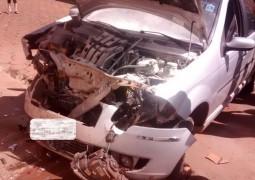 Mulher perde o controle do carro e bate em prédio na Av. Nossa Senhora da Abadia