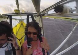 Gatinho pega carona em voo de ultraleve e choca piloto e passageira