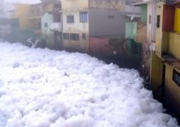 Espuma de poluição do Rio Tietê invade casa de moradores e ruas de cidade no Estado de São Paulo