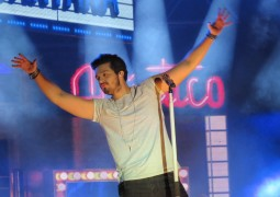 Em show emocionante, Luan Santana mostra porque é um dos cantores sertanejos mais queridos do Brasil