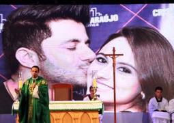 Missa de 7º dia de Cristiano Araújo e Allana Moraes reúne fãs, artistas e muitas homenagens em Goiânia