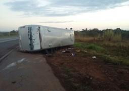 Ônibus que iria para a cidade de Araguari tomba na BR-262 e deixa cinco feridos