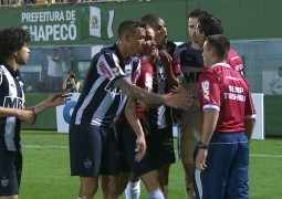 Desfavorecido pela arbitragem nos últimos jogos, Atlético perde para a Chapecoense
