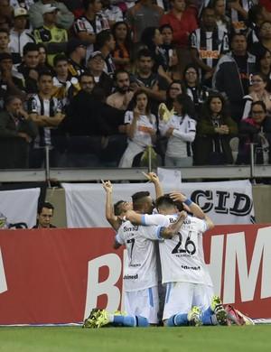 Jogadores do Grêmio comemoram vitória sobre Atlético-MG, no Mineirão (Foto: Douglas Magno)
