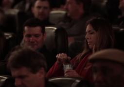 Vídeo: Cinema distribui garrafas de água impossíveis de abrir, para dar aprendizado emocionante aos telespectadores