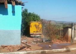 Caminhão dos Correios perde o freio misteriosamente e acaba invadindo casa de Senhora em Lagoa Formosa