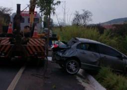 Após aquaplanar veículo sai da pista e cai em ribanceira na MGC-354 próximo à cidade de Patos de Minas