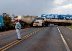 Duas carretas se chocam na BR-262 em Campos Altos e trânsito fica impedido por mais de uma hora