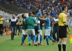 """Cruzeiro vence adversário """"direto"""" e continua sonhando com vaga em Libertadores de 2016"""