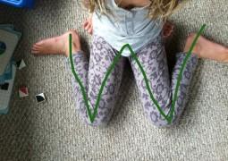 A posição que a criança se senta para brincar pode ser prejudicial para o seu desenvolvimento
