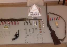 Durante operação em comércio no município de Tiros, PM Ambiental apreende armas e outros objetos ilícitos