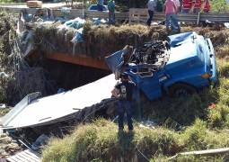 Caminhão tomba e cai em córrego na LMG-764 entre as cidades São Gotardo e Matutina