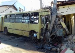 Ônibus perde o controle, arranca postes e só para após bater em residência no bairro Alto Bela Vista em São Gotardo