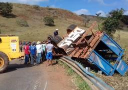 Caminhão tomba em perigosa curva entre as cidades de São Gotardo e Matutina