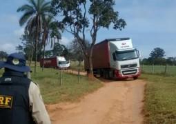 Bandidos fortemente armados assaltam duas carretas de cigarros na BR-262