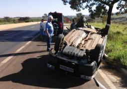 Mulher fica ferida em capotamento de veículo na BR-354