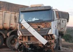 Pneu de cavalo mecânico estoura em cima de ponte e por pouco caminhão não cai em ribeirão na MGC-354