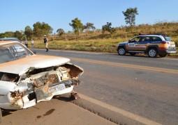 Motorista tentar cruzar pista para entrar em estrada vicinal e causa grave acidente na BR-354