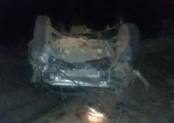 Automóvel capota após colidir contra animal silvestre na BR-365 e duas pessoas morrem