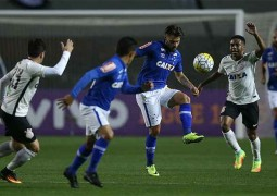 Prejudicado pela arbitragem, Cruzeiro controla o Corinthians e busca empate no Pacaembu, em SP