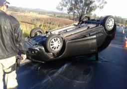 Motorista dorme ao volante e capota veículo na BR-262