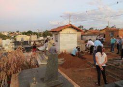 Coveiro se esquece de sepultamento em Carmo do Paranaíba e família de falecida realiza enterro