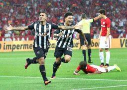Estrangeiros decidem no Beira-Rio, Atlético vence Inter e volta com vantagem na semifinal