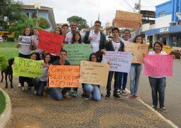 """""""Mais uma"""": Alunos de Escola Estadual realizam caminhada pacífica contra a PEC-241 em São Gotardo"""